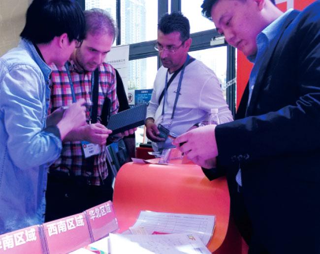 广州琶洲国际会展中心B区联诚发工作人员与前来参观朋友交谈